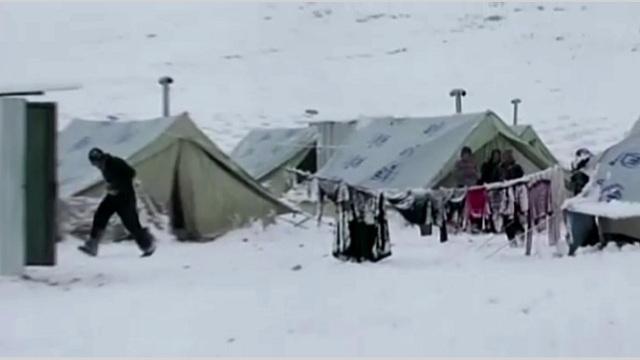 عاصفة ثلجية عنيفة شرق أوسطية تضرب اللاجئين السوريين (فيديو)