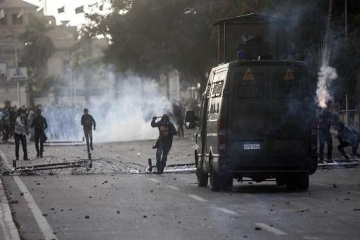 اشتباكات بين طلبة الإخوان وقوات الأمن قرب وزارة الدفاع في القاهرة واستعدادات لمظاهرة مليونية الجمعة
