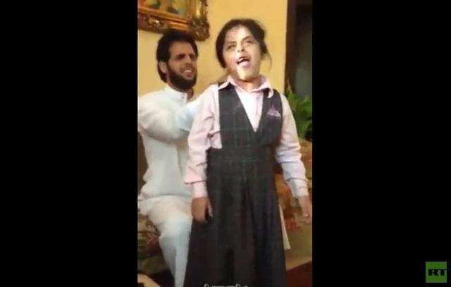 بالفيديو .. سعودي يسرح شعر ابنته بواسطة مكنسة كهربائية