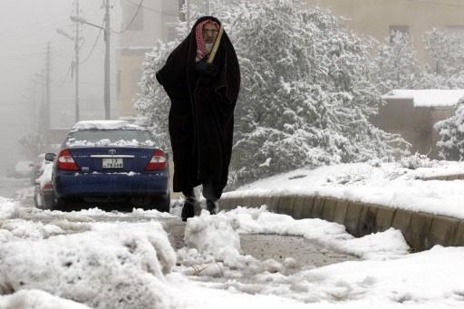 الثلوج توقف حركة المطار والطرق في الأردن