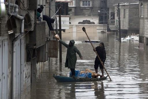 مياه الأمطار تغمر مئات المنازل في قطاع غزة