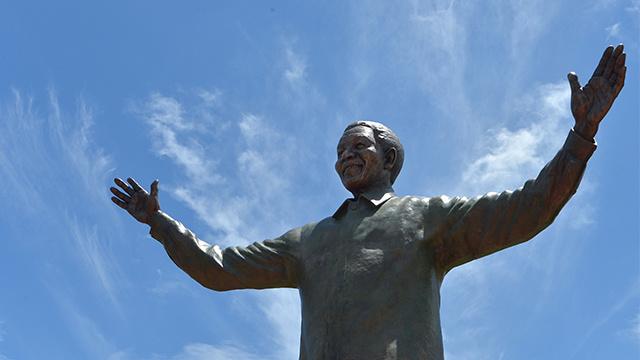 بالصور.. تمثال لمنديلا في بريتوريا يخلد رحلة نضاله
