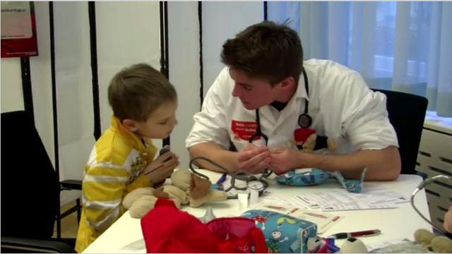 بالفيديو.. هدايا للأطفال بالنمسا مقابل الخضوع لكشف طبي