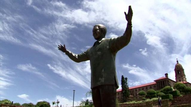 بالفيديو.. تمثال ضخم يخلد ذكرى نلسون مانديلا بالعاصمة بريتوريا