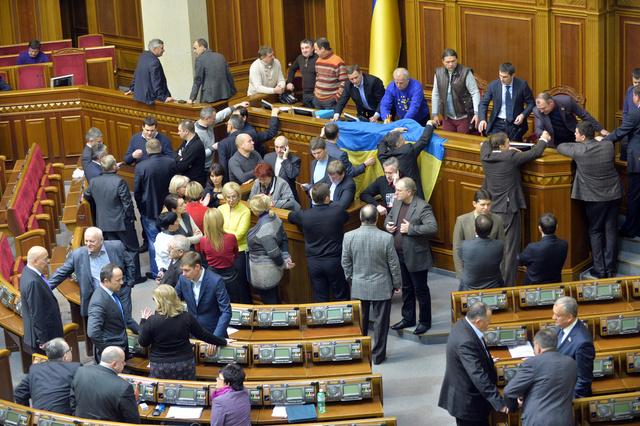 البرلمان الأوكراني يوافق على مشروع قانون للعفو عن المشاركين في الاحتجاجات