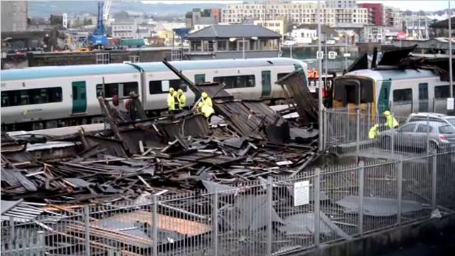 بالفيديو.. انهيار سقف احدى المباني بايرلندا نتيجة للطقس الصعب