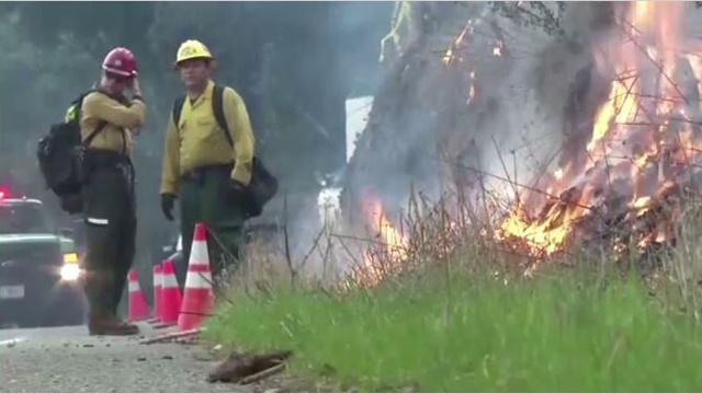بالفيديو.. رجال الاطفاء بكاليفورنيا يواصلون اخماد حريق مفاجئ