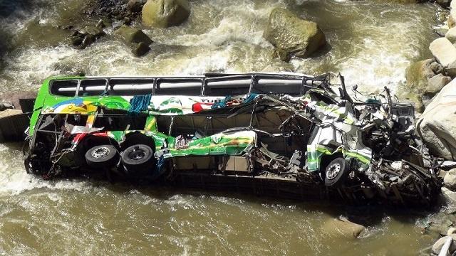 مصرع 15 شخصا في حادث سقوط حافلة بالبيرو
