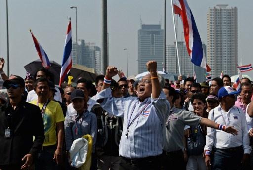 أكثر من 100 ألف شخص يشاركون في مظاهرات مطالبة بتنحية رئيسة الحكومة التايلندية