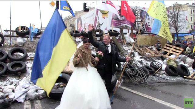 بالفيديو .. أجراس الزفاف تدق في ميدان الاستقلال في كييف