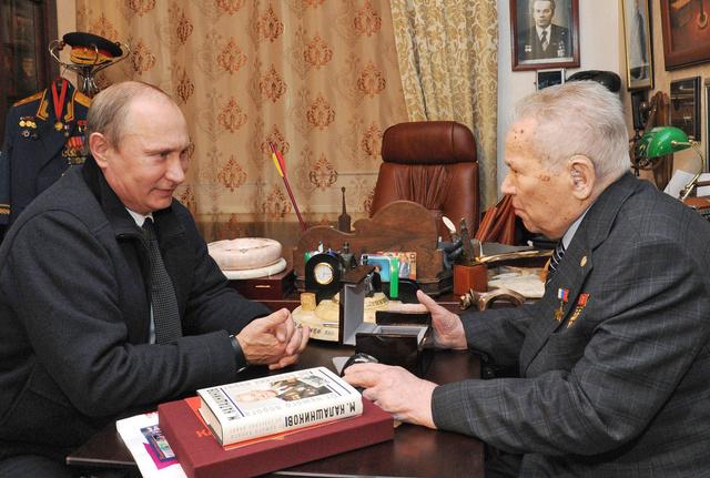 بوتين ومدفيديف وقادة روسيا العسكريون يقدمون التعازي لذوي كلاشنيكوف