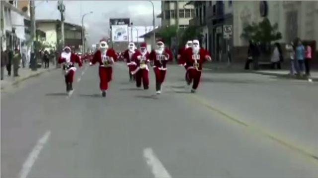 بالفيديو... عشرات المتنكرين بزي بابا نويل يتسابقون في بيرو