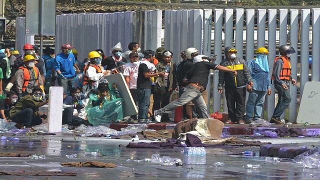 قوات الأمن تطلق الغاز المسيل للدموع على محتجين في بانكوك