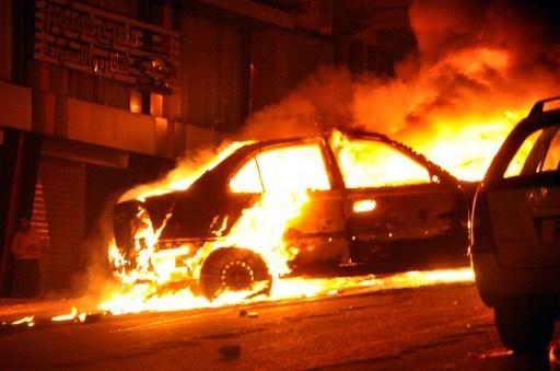 أنصار مرسي يشعلون النار في سيارة شرطة خلال مسيرة لهم بعين شمس