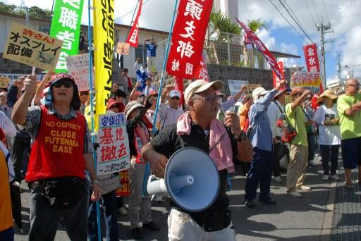 احتجاجات في أوكيناوا اليابانية للمطالبة بنقل القاعدة الجوية الأمريكية إلى خارج المقاطعة