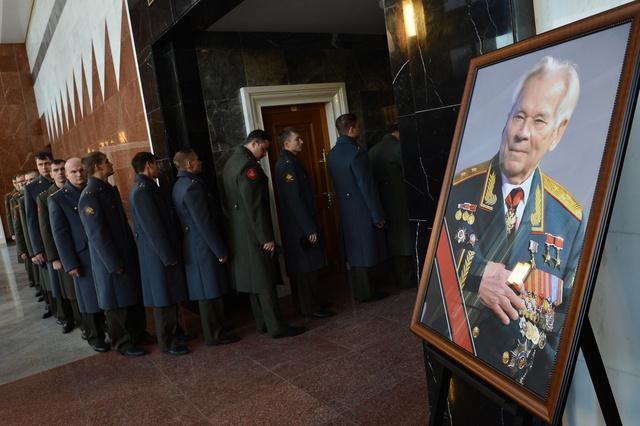 بوتين يحضر مراسم تشييع كلاشنيكوف إلى مثواه الأخير
