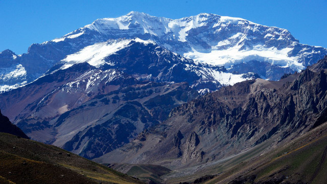 طفل أمريكي عمره 9 سنوات يصعد قمة أعلى جبل في الأمريكيتين