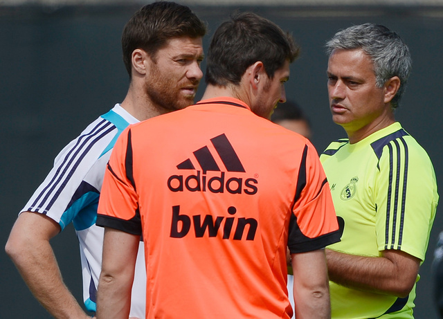 ألونسو يتأخر بتجديد الولاء لريال مدريد.. وأصابع الاتهام تُوجه صوب مورينيو