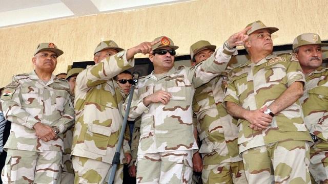 السيسي يبحث وقادة الجيش جاهزية القوات المكلفة بحماية عملية الإستفتاء على الدستور