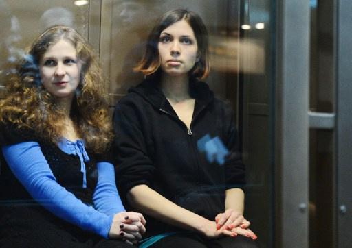 """الإفراج عن اثنتين من المشاركات في فرقة """"بوسي ريوت"""" وفقا للعفو العام في روسيا"""