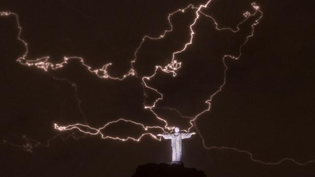 صاعقة تضرب تمثال المسيح الفادي في ريو دي جانيرو