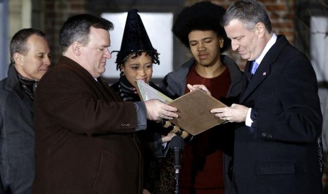 أول عمدة ديمقراطي لمدينة نيويورك منذ عقدين يؤدي اليمين