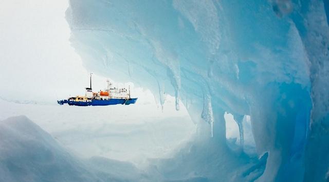 انتهاء عملية إجلاء الركاب من سفينة روسية عالقة في جليد القطب الجنوبي (فيديو)