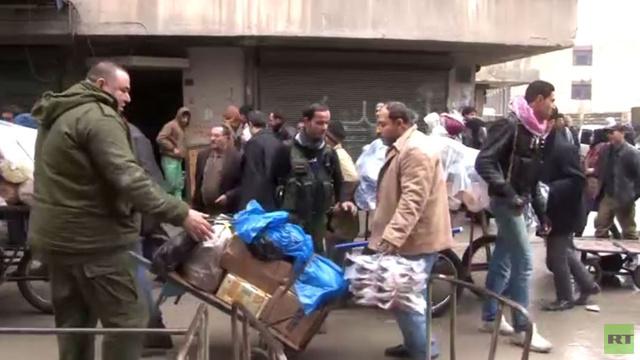 عدسة RT تنقل معاناة أهالي حلب اليومية بحثا عن الخبز والأمن