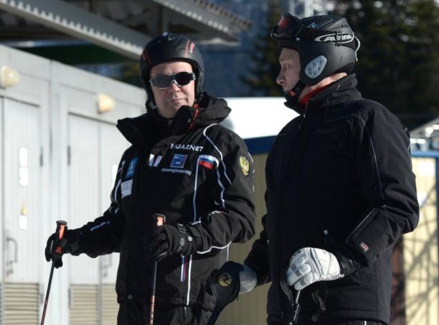 بوتين يتفقد منشآت الأولمبياد الشتوي في سوتشي ويلعب الهوكي مع الرئيس البيلاروسي (فيديو)