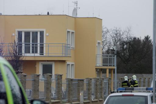 العثور على 12 رشاشا ومسدسا داخل السفارة الفلسطينية في براغ
