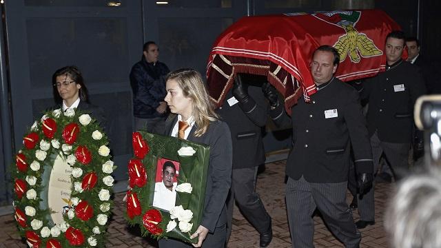 بالصور .. البرتغال بحزن وأسى تودع الأسطورة إزيبيو