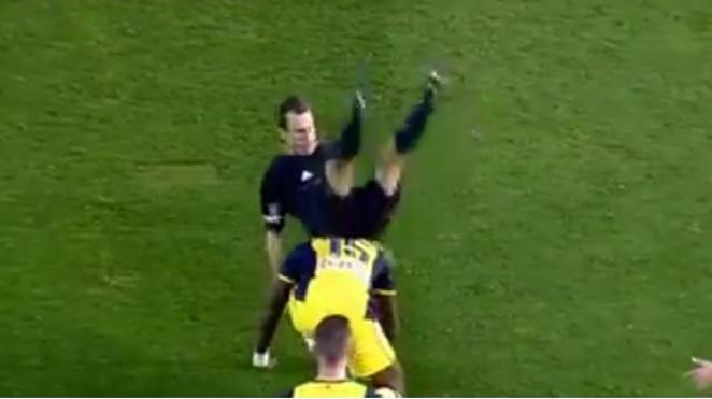بالفيديو .. لقطة طريفة جداً لحكم مباراة فالنسيا وأتليتكو مدريد في كأس اسبانيا