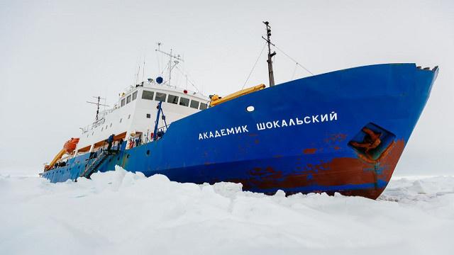 كاسحة الجليد الصينية تعلق وتعرقل عملية إخلاء ركاب السفينة الروسية