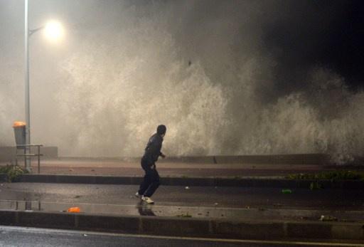 أمواج بحرية عاتية تضرب الشريط الساحلي في المغرب