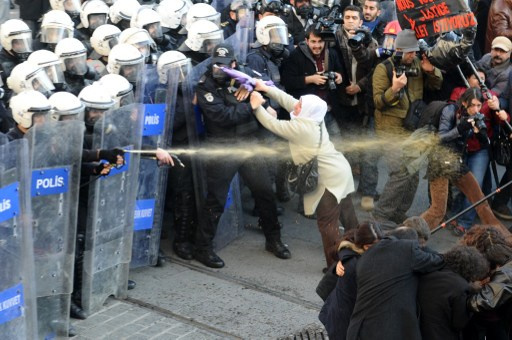 اشتبكات بين الشرطة وأكراد في اسطنبول في ذكرى اغتيال ناشطات كرديات