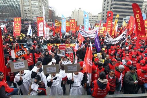 عشرات الآلاف يتظاهرون في العاصمة التركية احتجاجا ضد الحكومة