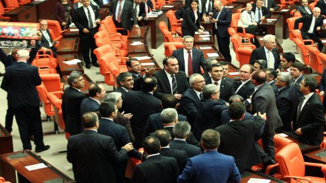 أعضاء في البرلمان التركي يشتبكون بالأيدي أثناء مناقشة صلاحيات الحكومة