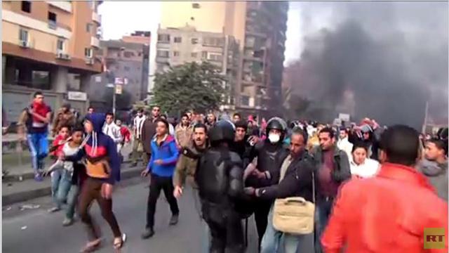 بالفيديو...مواجهات بين الشرطة ومتظاهرين في جامعة الأزهر