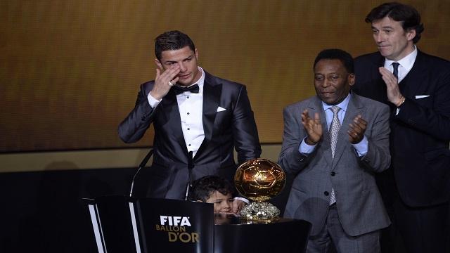 رونالدو يفوز بجائزة الكرة الذهبية للمرة الثانية وينهي احتكار ميسي