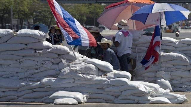 المتظاهرون في تايلاند يحاصرون المباني الحكومية