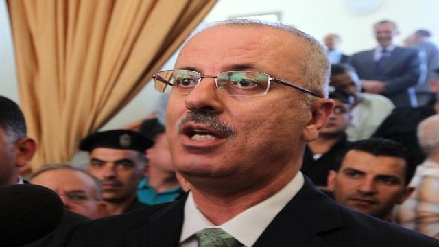 جنود ومستوطنون اسرائيليون يعترضون موكب رئيس الوزراء الفلسطيني (بالفيديو)
