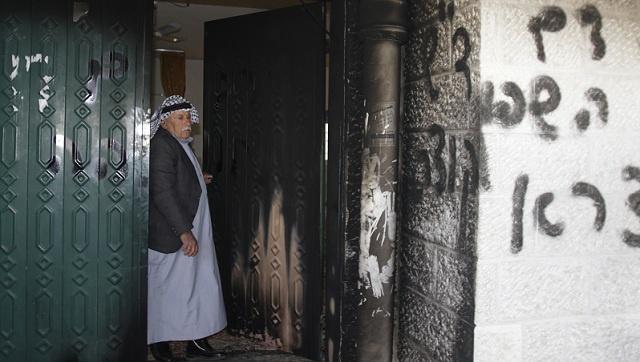 مستوطنون يضرمون النار في مسجد بالضفة الغربية والسلطة الفلسطينية تحذر من حرب دينية (فيديو)