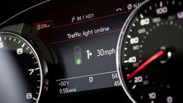 آودي تطور إشارات مرور ذكية داخل لوحة العدادات بسياراتها