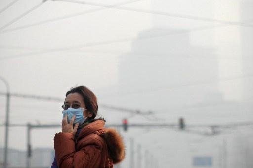 ضباب دخاني كثيف يشل حركة السيارات في العاصمة الصينية