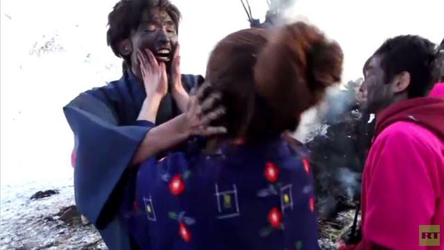 بالفيديو: إلقاء المتزوجين حديثا من فوق التل في اليابان