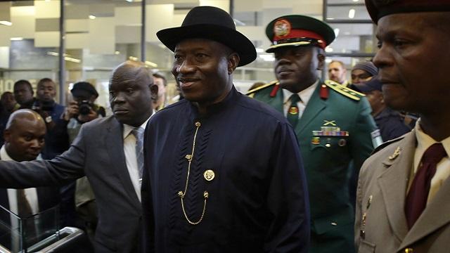 الرئيس النيجيري يعزل اثنين من كبار القادة العسكريين بعد مقتل 43 شخصا