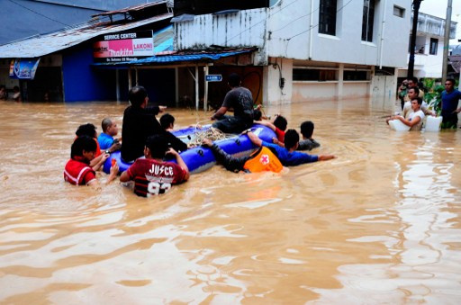 مقتل 23 شخصا في اندونيسيا جراء الفيضانات وانزلاقات التربة