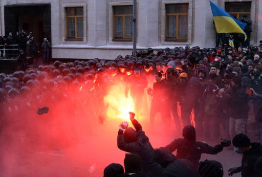 اصابة 20 شرطيا خلال احتدام المواجهات مع المتظاهرين وسط كييف (فيديو)