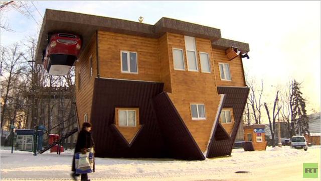 بالفيديو...منزل مقلوب رأسا على عقب يثير فضول الزوار في موسكو