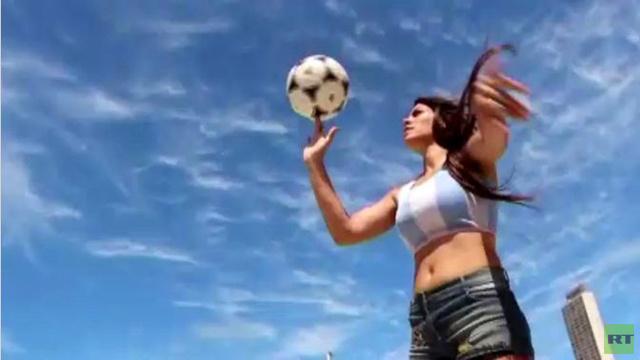 بالفيديو: موهبة أرجنتينية مميزة في مهارات كرة القدم
